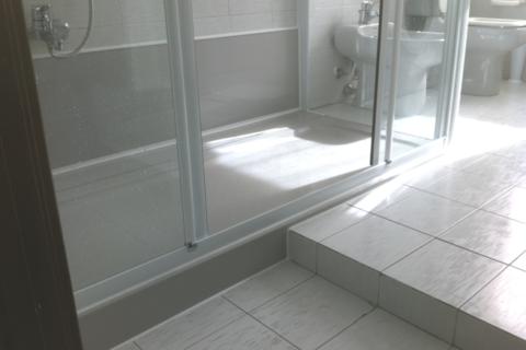 Trasformazione da vasca a doccia con particolare scalino