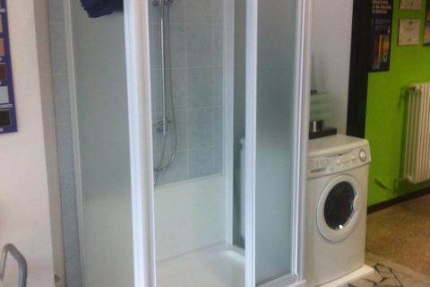 Trasformazione da vasca a doccia con spazio per una lavatrice