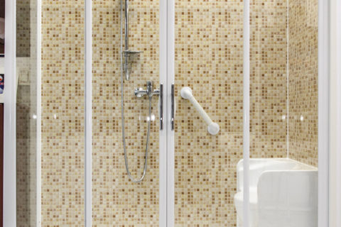 Trasformazione da vasca a doccia, sedile a poltrona